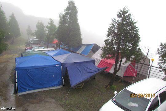 雨中露營﹣雲海美景 相片來源:拉拉山露營.雲頂休閒露營區
