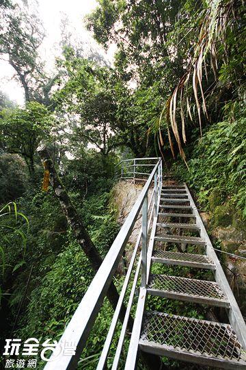從入口往右側的登山鐵梯前進