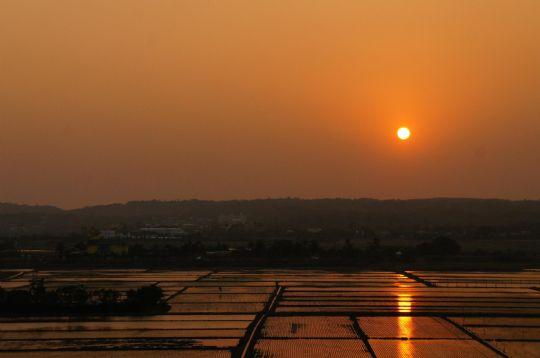 是在落日房外的陽台拍攝,稻苗初下,水田波光,夕陽紅,景色微醺。  相片來源:墾丁綠院子民宿