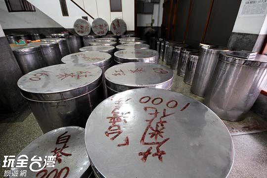 每一個茶桶蓋上都寫著品名和價格,以批發價計,買多買少都一個價。