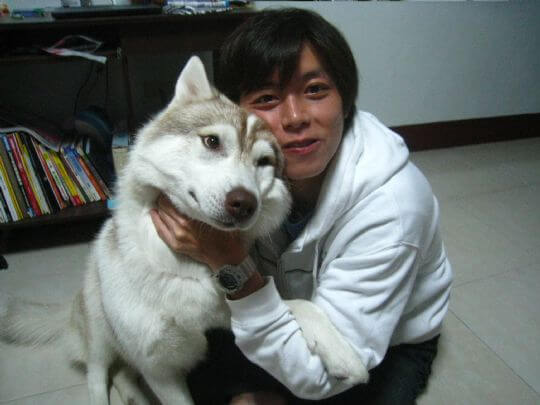 TOROL和爸爸感情很好唷! 相片來源:墾丁寵物民宿.哈CHEESE