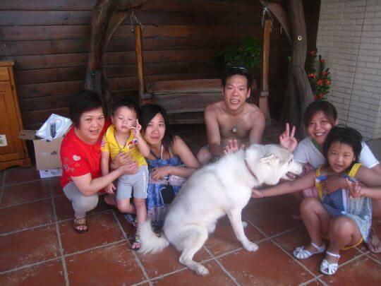 20101.7.16楊先生6人住通鋪,因慶祝妹妹升國小一年級,帶他出來玩,真是幸福的家庭! 相片來源:墾丁寵物民宿.哈CHEESE