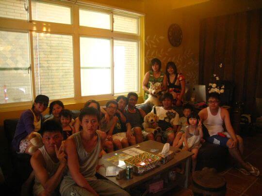 2010.7.17~18沈先生和朋友入住船屋、樹屋和通鋪,我們陪著狗兒子也跟大家一起合照。 相片來源:墾丁寵物民宿.哈CHEESE