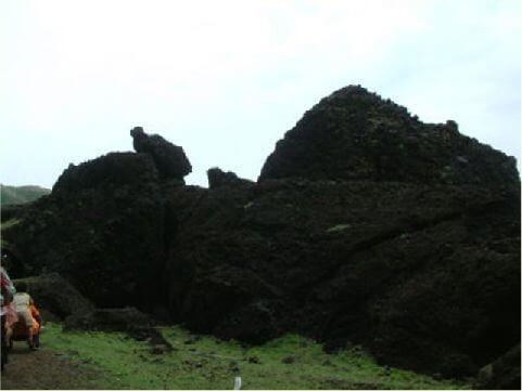 龜兔岩- 位於燕子洞口前,看似一隻兔子與烏龜正在對話。 相片來源:綠島長泰海景民宿