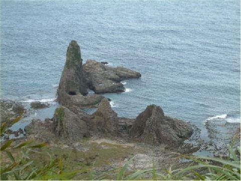 仙人疊石- 位於海參坪,屬於安山岩柱狀節理,巨大的石柱在海邊切割排列相當整齊,想必只有先人才能辦到,因此得名。 相片來源:綠島長泰海景民宿