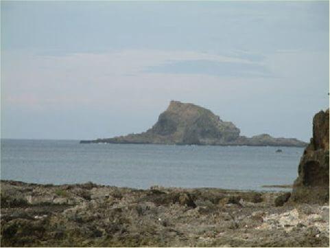 樓門岩- 為綠島最有名的兩大奇岩之一,位於綠島東北角海岸外約300公尺,在這珊瑚礁岩塊中,有處中間貫通的巨岩,猶如大型拱門般,聳立在此,而遠處起伏的海岸山脈,更是令人心曠神怡。 相片來源:綠島長泰海景民宿