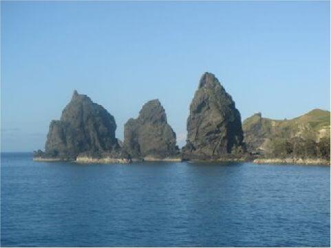 三峰岩- 將軍岩北面,一字排開還有三座海蝕岩柱,深入海潮之中,線條詭譎多變,造型各異其趣、景緻奇異。 相片來源:綠島長泰海景民宿