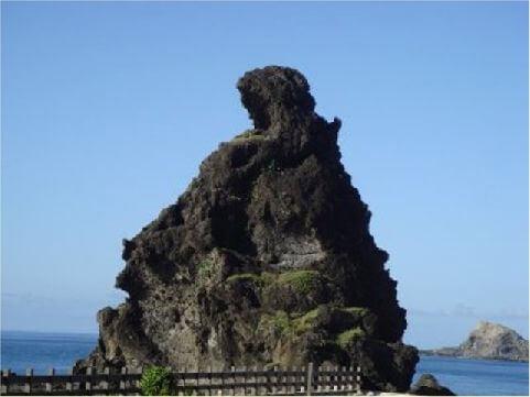 將軍岩- 在綠島之東北部海岸,矗立於海岸邊的巨大岩石群,其中之一有如頭戴鋼盔,身披戰甲的戰士,猶如一位嚴峻的將軍,座落在潮來潮往海岸平臺上。 相片來源:綠島長泰海景民宿