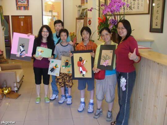 來自香港的家庭與主人學習紙雕DIY 相片來源:九族民宿渡假小屋