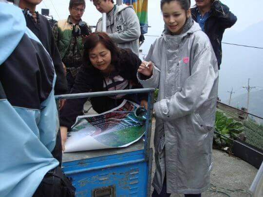 忙著要簽名海報的蔡媽媽 相片來源:竹山天梯山林瓦舍民宿