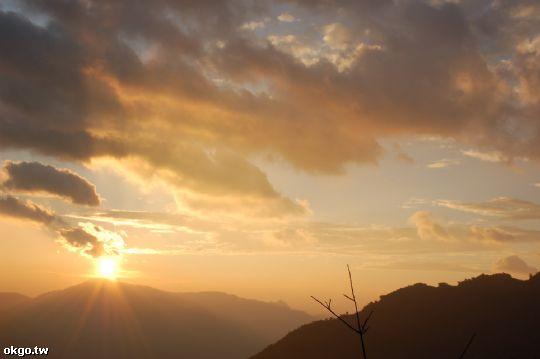 有時以為太陽已經落下,正準備離開時,從山的另一投射出的光芒讓整個天空的雲再次燃燒 相片來源:拉拉山民宿‧桃花源農莊