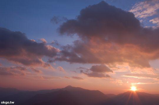 看著夕陽一點一滴的轉變,即使站在同一個地方,一切也不會相同 相片來源:拉拉山民宿‧桃花源農莊