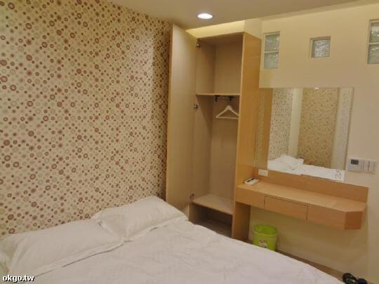 203號雙人房床、衣櫥及梳妝台