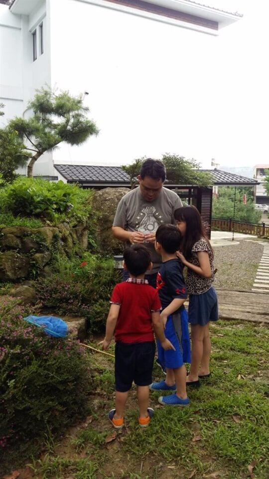 荳田町遊客親子教育樂融融,做爸爸的講解蜻蜓如何吃蚊子。