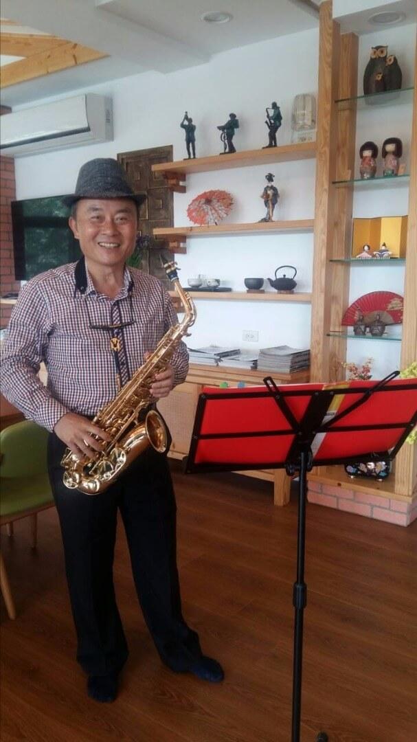 佳賓來荳田町用薩克斯風吹奏一曲The Songs of Fireflies 為閃爍美麗的螢火蟲季展開序幕。