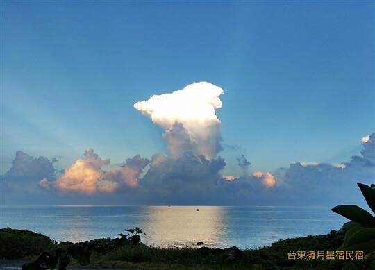 變幻莫測的雲彩大道 相片來源:台東民宿•擁月星宿(原福樟紅檜木屋)