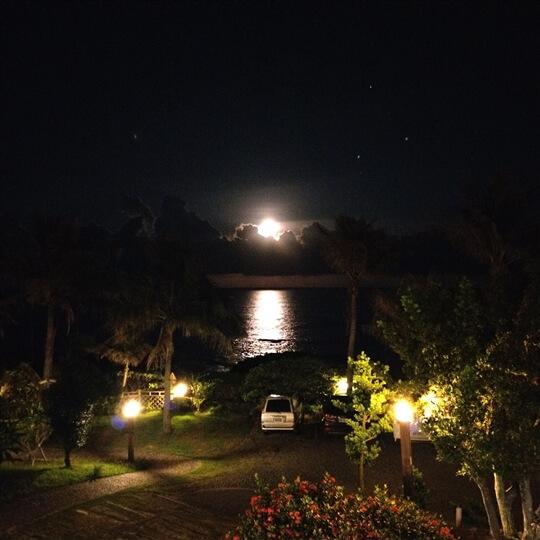 突破雲層,灑落大海。 今晚的月娘皎潔明亮。 相片來源:台東民宿•擁月星宿(原福樟紅檜木屋)