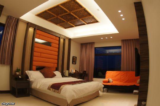 祥雲瑞月~古典風味的主題情境~ 古典的窗花天花板,亮橘色與復古棕的搭配,美麗的古典映在眼前。 浪漫的主題雙人一大床房型,享受舒適的住宿空間。