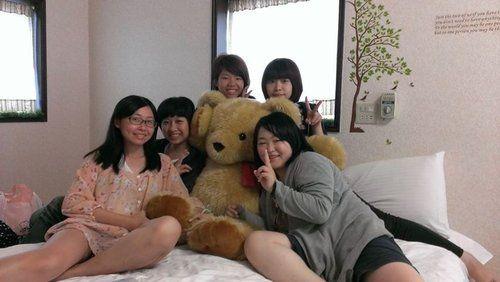 都跟熊熊拍,都不跟偶拍,下輩子乃也要當熊麻吉。 相片來源:羅東夜市‧幸福Yes