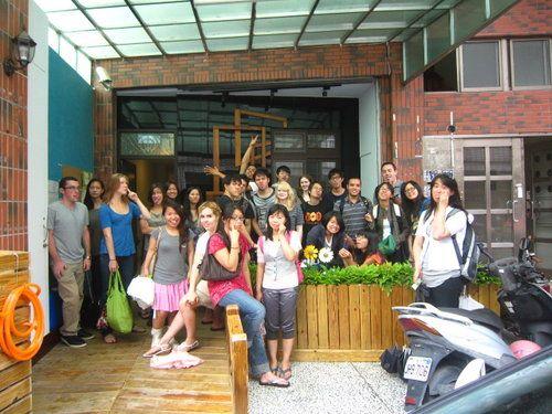 10/1從台北政大,經過幾番波折人數有減少後來共28位20位外國朋友8位台灣朋友(ps:哈哈~有兩位還是屋內)看的出來嗎?這張是鬼臉板的喔! 這次訂房的是盧小姐真是辛苦了! 相片來源:羅東夜市‧幸福Yes