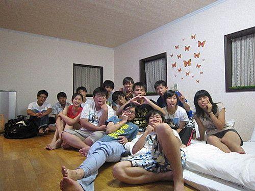 這是家庭同樂6人房!大家一定有一個疑問裡面明明是14個人到底怎麼回是哩!其實他們是平日包棟唷! 7000元~本棟一共四間房間~精品雙人房兩間(金色精品.個性空間)家庭同樂4人房&家庭同樂六人房 ~這團都是學生~團長超有心還自備DVD要在這間撥放影片哩! 相片來源:羅東夜市‧幸福Yes