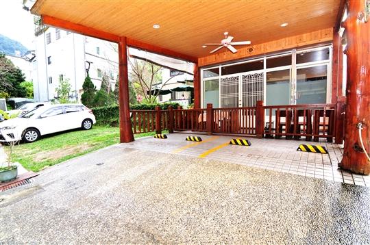 木屋包棟 (2間四人房 +2套衛浴+  一大客廳 + 一小涼亭+小廚房 )