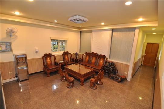 木屋包棟 (2間四人房 +2套衛浴+  一大客廳 + 一小涼亭 )全新裝潢 !!!