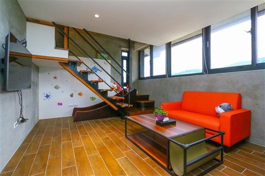 301溜滑梯樓中樓四人房(可加床)