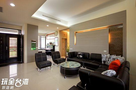 客廳的角落是一間鋼琴室