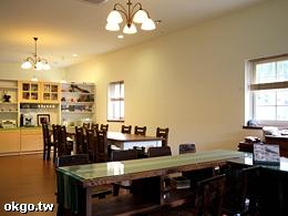 寬敞的客廳與餐廳空間
