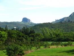 竹安莊面對著大小尖山、門馬羅山...好景色