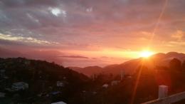 平台俯瞰夕陽山景