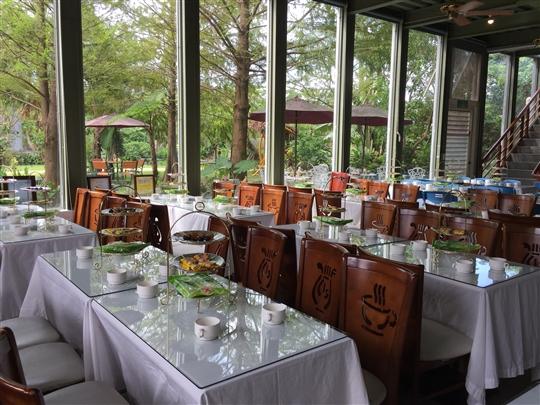 可在園區內寬廣的玻璃屋餐廳喝下午茶開會