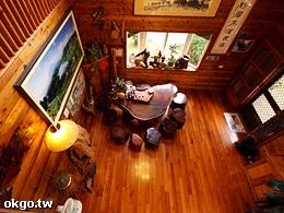 羿昀居民宿大客廳占地15坪足供20人以上活動聚會泡茶聊天。