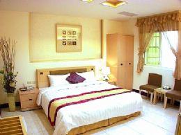 加大雙人房~典雅精緻的雙人房,流露不俗的裝潢格調。現代化傢俱一應俱全,附獨立衛浴,提供舒適的住宿環境。