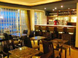 迴盪著慵懶爵士樂的觀海咖啡廳