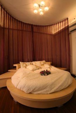 浪漫的義大利Poliform床組,似乎就是房間的自述語言,豪華浴室、私人陽台與落地窗休憩座,則更讓氣氛延續