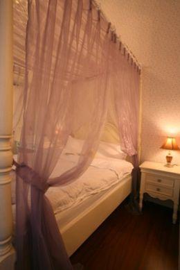 泛紫的浪漫在空氣中蔓延,這就是星戀讓人不可抗拒的魅力,而四柱床也正緩慢牽動起紗縵的美麗了~