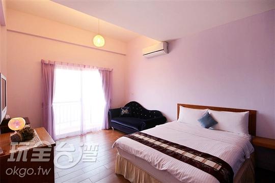 西面落地窗外有一觀海陽台,夕陽西下時,落日美景盡收眼底,房間紫色薰衣草色調浪漫而純潔,搭配淡紫色的窗幔,使人沉浸在雅致迷人空間,彷彿置身幸福的氛圍。