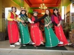 遊客穿傳統邵族服飾合影