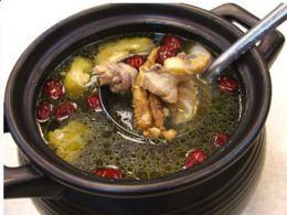 招牌養生天麻人參雞湯。特選中藥材甘甜湯頭讓您兼顧美味與健康!