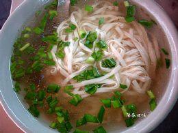 最道地口味的陽春湯麵是許多在地顧客喜愛的熱食之一。