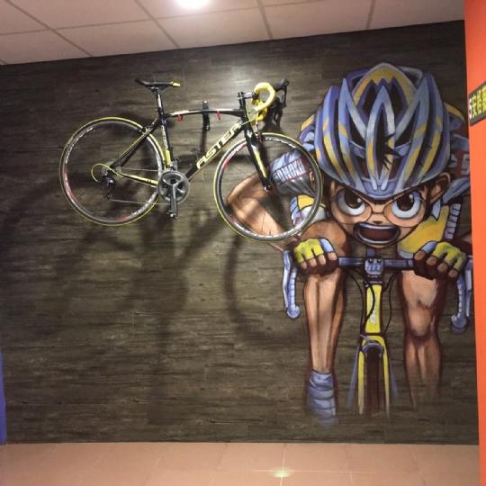 禾風旅棧二樓大廳單車牆
