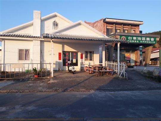 綠島漁村民宿位於南寮街旁邊是農會超商